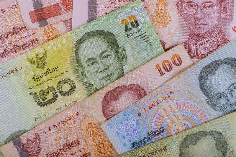 Retrato ascendente cercano en billetes de banco del baht tailandés fotografía de archivo