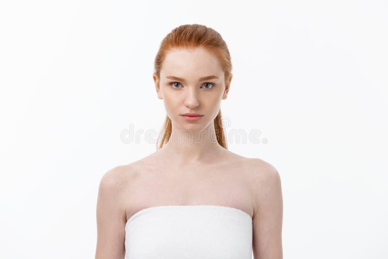 Retrato ascendente cercano sano femenino de la belleza de la cara del pelo y de la piel del cuidado de piel de la mujer hermosa fotos de archivo libres de regalías