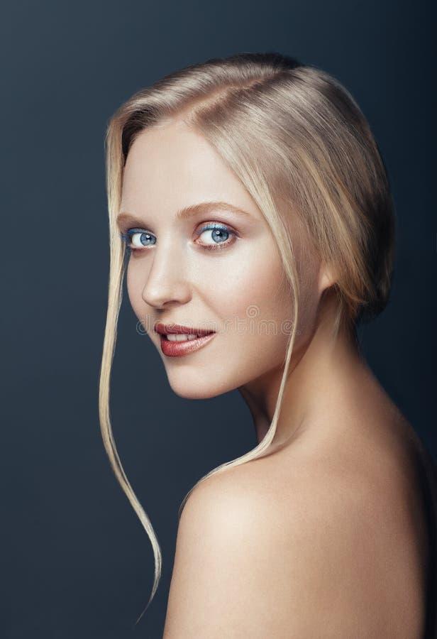 Retrato ascendente próximo da beleza da mulher loura natural nórdica fotografia de stock