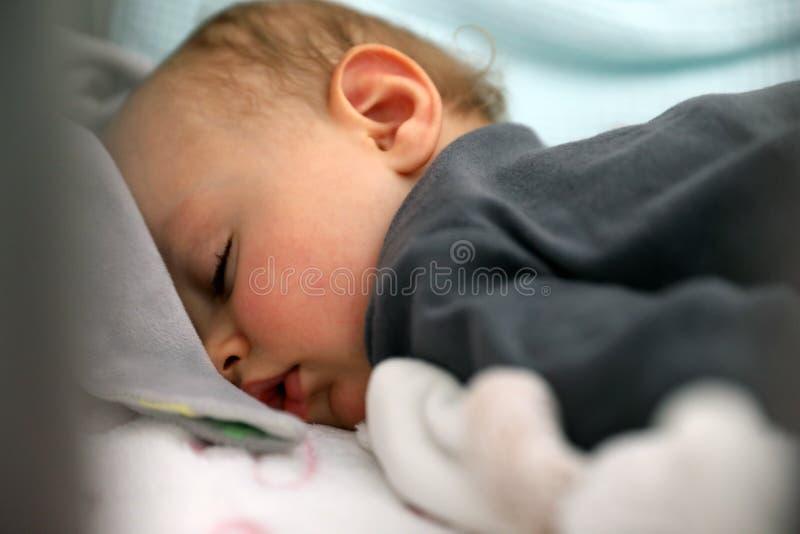 Retrato ascendente próximo da cara bonito do bebê do sono fotografia de stock