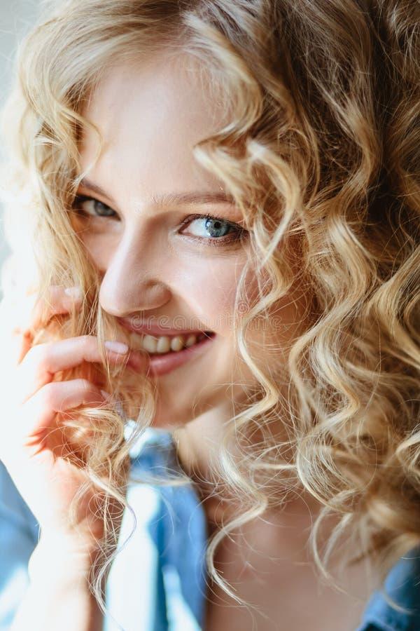 Retrato ascendente próximo da jovem mulher encantador loura com cabelo encaracolado e composição natural foto de stock royalty free