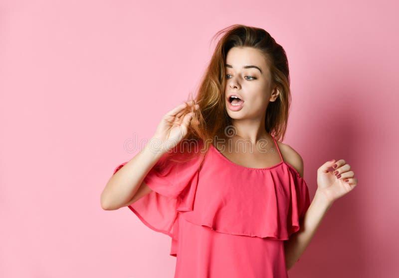 Retrato ascendente próximo da jovem mulher incomodado sobre seu cabelo imagem de stock royalty free