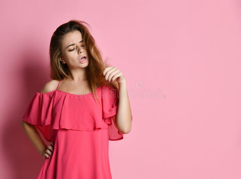 Retrato ascendente próximo da jovem mulher incomodado sobre seu cabelo fotografia de stock
