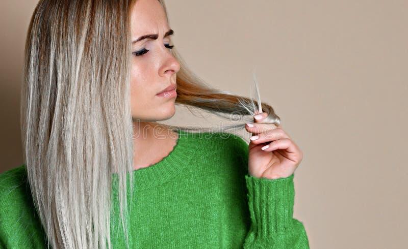 Retrato ascendente próximo da jovem mulher incomodado sobre seu cabelo foto de stock royalty free