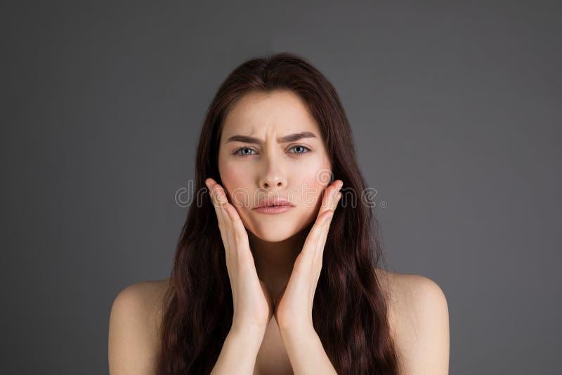 Retrato ascendente próximo da menina carismática nova chocada e confusa com a boca aberta do cabelo moreno na preocupação fotos de stock
