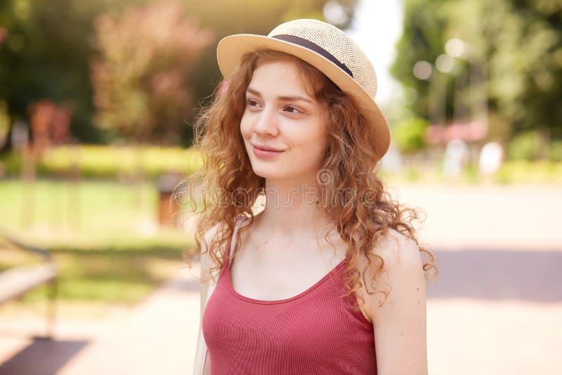 Retrato ascendente próximo da moça bonita pensativa que olha de lado, tendo a caminhada no parque, indo ao longo da rua, aprecian imagem de stock royalty free