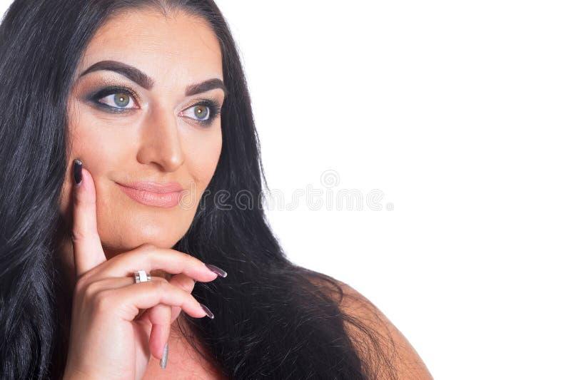 Retrato ascendente próximo da mulher moreno bonita isolada fotos de stock royalty free