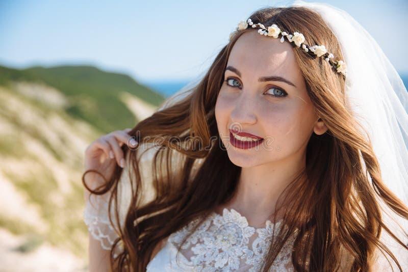 Retrato ascendente próximo da noiva bonita com véu, composição do casamento, penteado e grinalda da joia no cabelo encaracolado l foto de stock royalty free