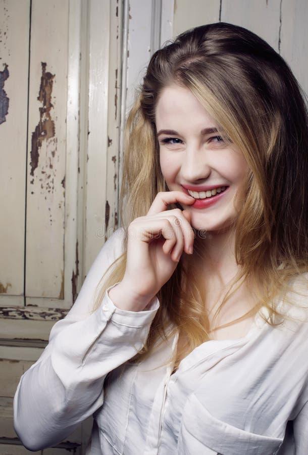 Retrato ascendente próximo de sorriso feliz adolescente consideravelmente louro da menina dos jovens, conceito dos povos do estil imagem de stock