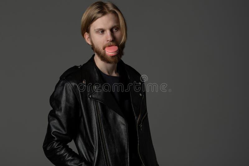 Retrato ascendente próximo do indivíduo bonito com cabelo e a barba claros imagem de stock royalty free