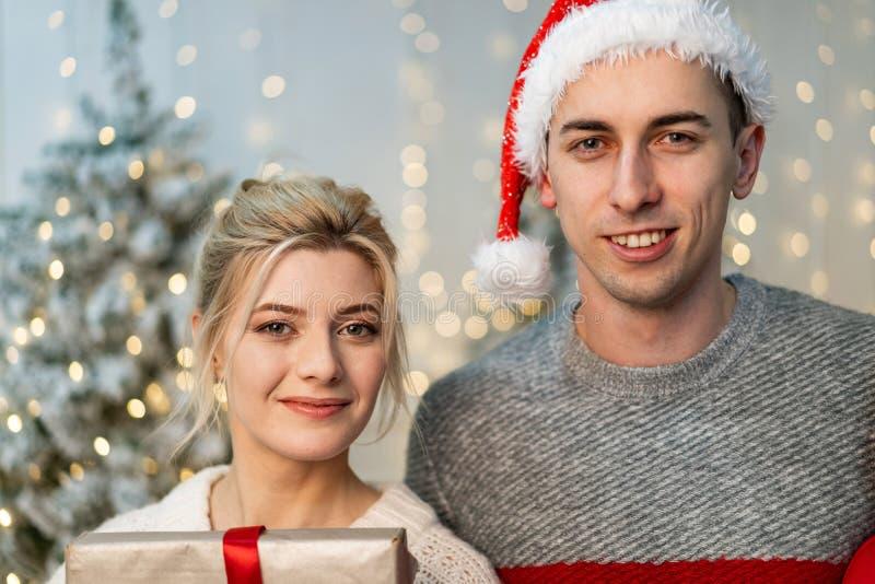 Retrato ascendente próximo dos pares bonitos novos que comemoram o ano novo fotos de stock royalty free