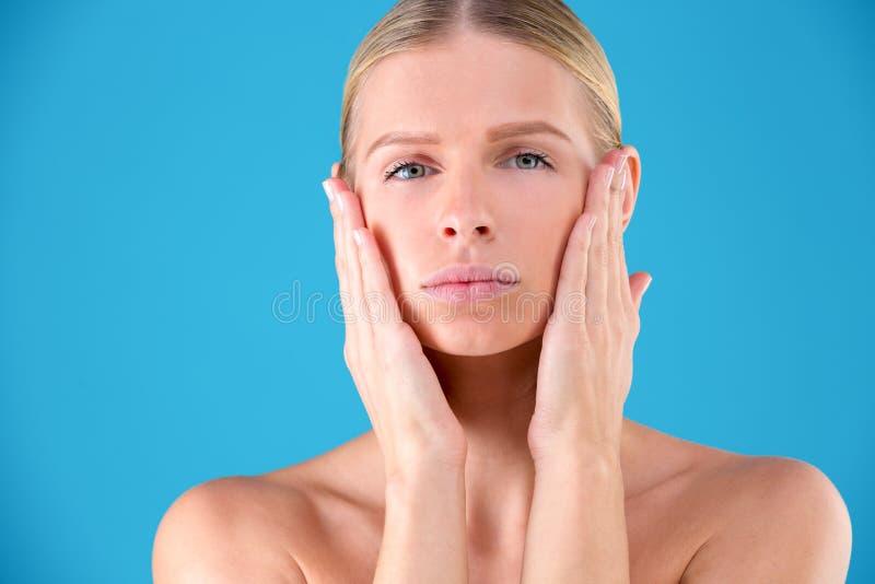Retrato ascendente pr?ximo da jovem mulher bonita e bonita lindo com pele sem falhas Palming seu mordente fotos de stock royalty free