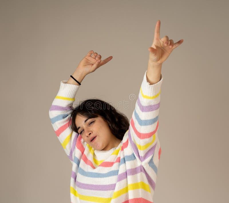 Retrato ascendente pr?ximo da mulher surpreendida e feliz que comemora o sucesso da vit?ria ou a loteria wining imagem de stock royalty free