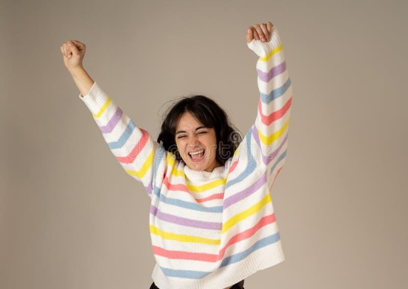 Retrato ascendente pr?ximo da mulher surpreendida e feliz que comemora o sucesso da vit?ria ou a loteria wining fotos de stock