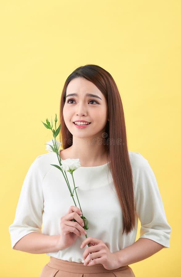 Retrato ascendente pr?ximo de uma flor atrativa da terra arrendada da jovem mulher fotos de stock royalty free