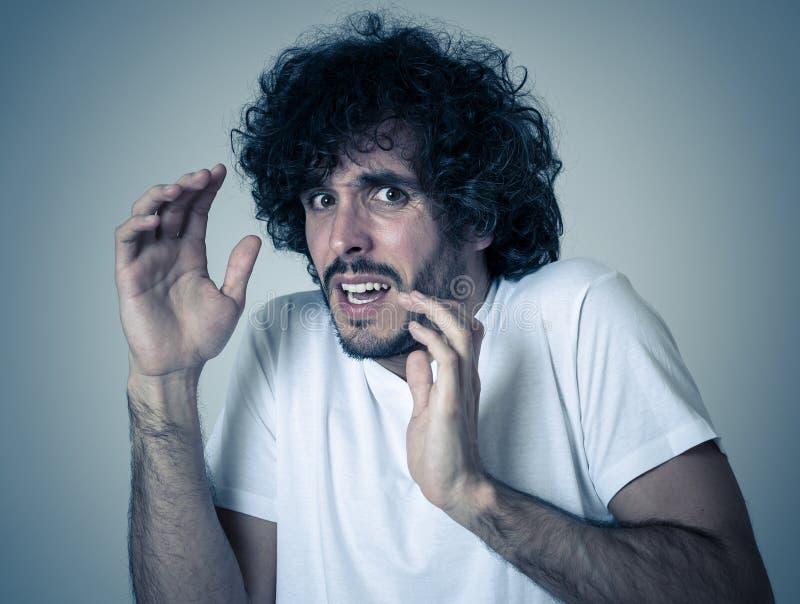Retrato ascendente pr?ximo do homem novo chocado interesse com gestos amedrontados Express?o facial assustado imagem de stock