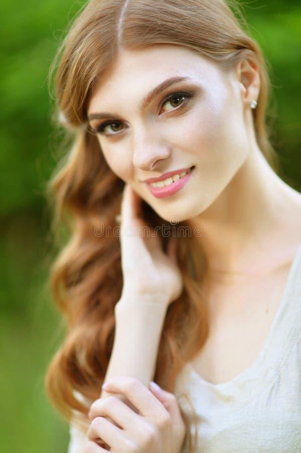 Retrato ascendente pr?ximo do levantamento bonito da jovem mulher imagens de stock