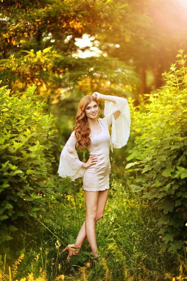 Retrato ascendente pr?ximo do levantamento bonito da jovem mulher fotografia de stock