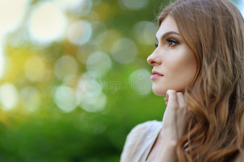 Retrato ascendente pr?ximo do levantamento bonito da jovem mulher fotos de stock