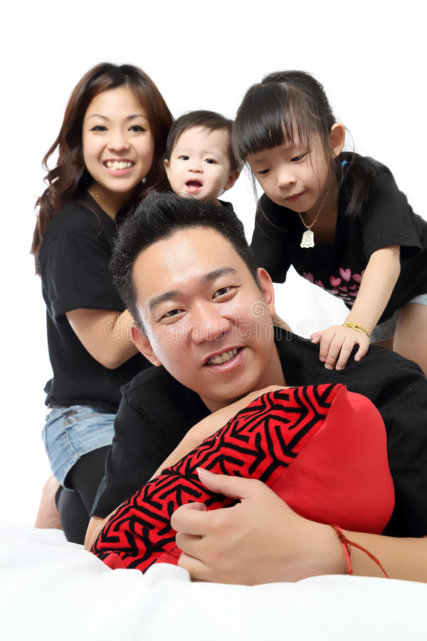 Retrato asiático da família dentro da casa foto de stock royalty free