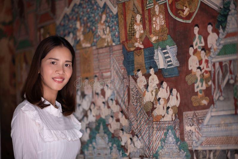 Retrato asiático da mulher com pintura mural e decoros tailandeses antigos imagem de stock royalty free