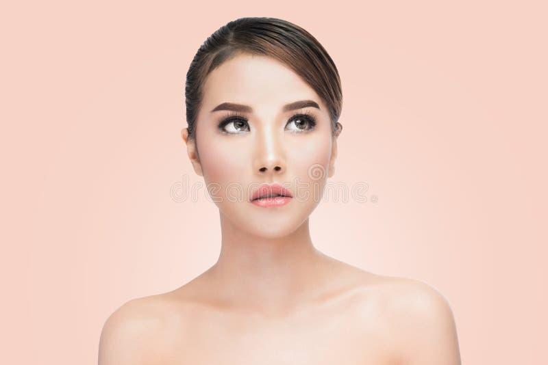 Retrato asiático de la cara de la mujer de la belleza Muchacha hermosa del modelo del balneario con la piel limpia fresca perfect fotografía de archivo libre de regalías