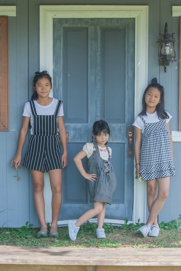 Retrato asiático de los niños del lanzamiento imagenes de archivo