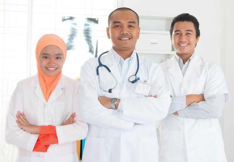 Retrato asiático del equipo de los médicos foto de archivo