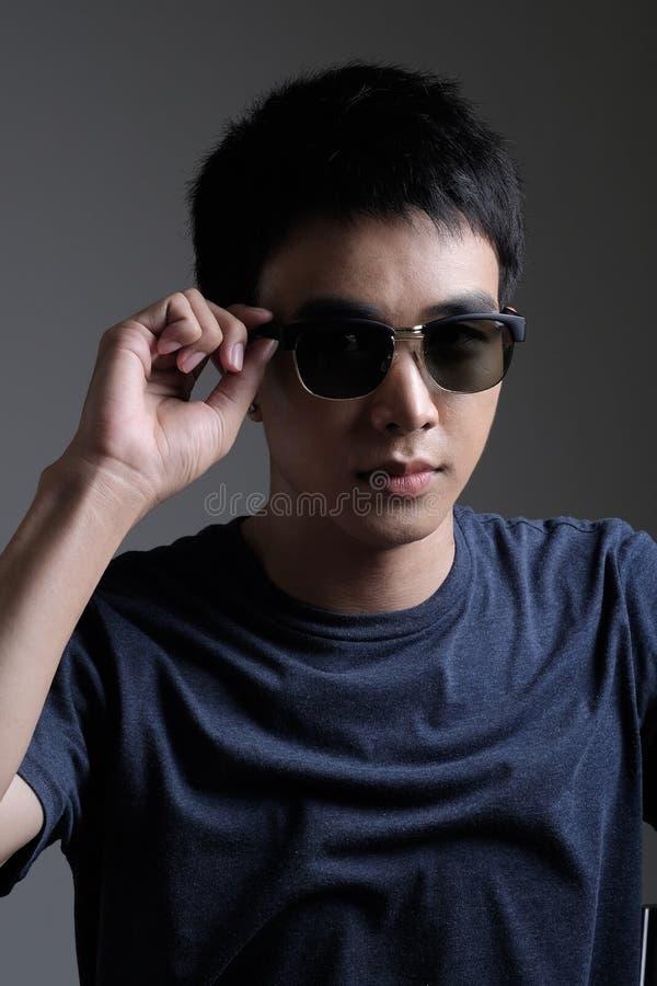 Retrato asiático del hombre con las gafas de sol retras imagenes de archivo