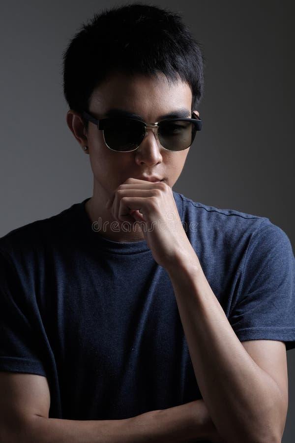 Retrato asiático del hombre con las gafas de sol retras imágenes de archivo libres de regalías