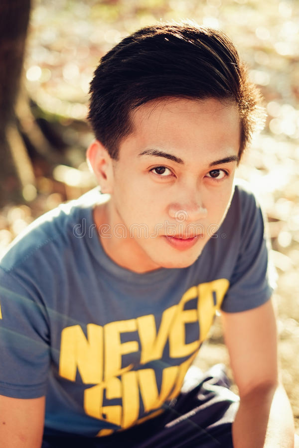 Retrato asiático joven hermoso del hombre en la tarde soleada imagen de archivo libre de regalías