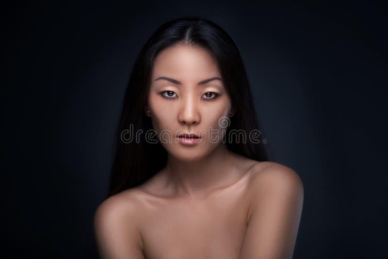 Retrato asiático moreno hermoso de la mujer imagen de archivo
