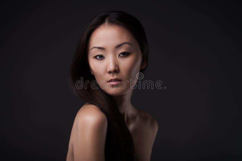 Retrato asiático moreno hermoso de la mujer fotografía de archivo libre de regalías