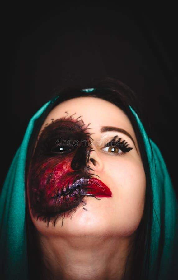 Retrato assustador de uma mulher com uma marca maldita em sua cara no fundo escuro com espaço da cópia imagens de stock royalty free