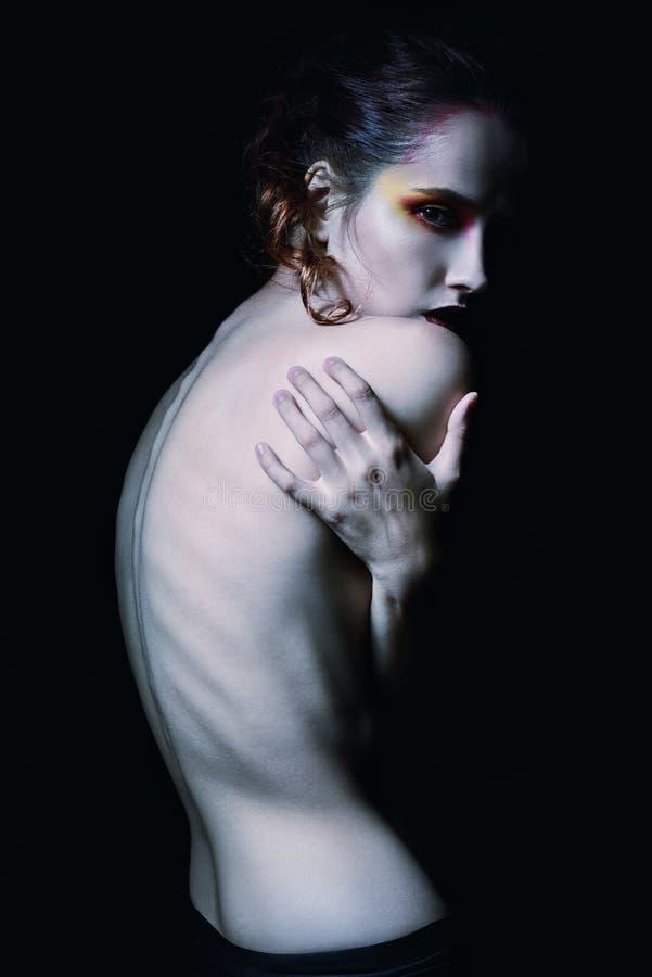 Retrato assustador sombrio da moça entre a obscuridade fotografia de stock royalty free