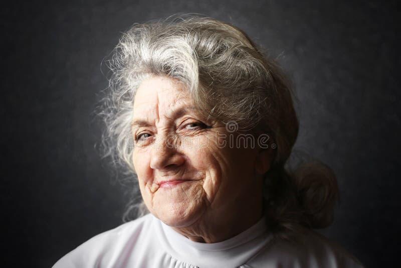 Retrato astuto e pensando da avó imagem de stock