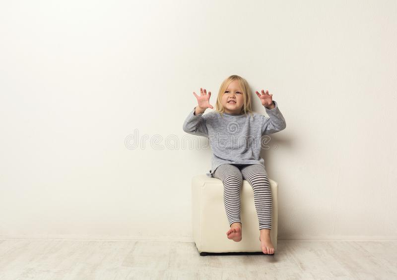 Retrato asustadizo de la niña feliz linda en estudio foto de archivo