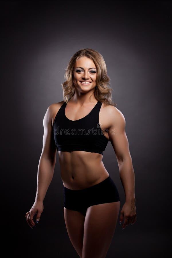 Retrato atlético novo do construtor de corpo da mulher imagem de stock