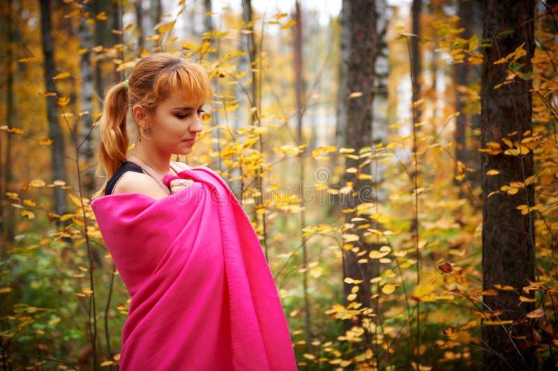 Retrato atmosférico exterior da menina bonita nova imagens de stock royalty free