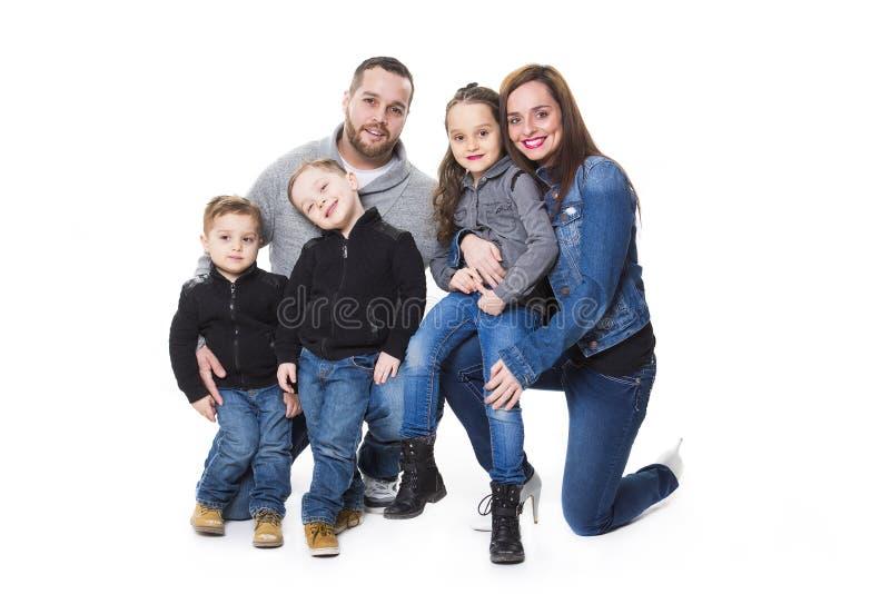 Retrato atractivo de la familia feliz joven sobre el fondo blanco fotografía de archivo libre de regalías