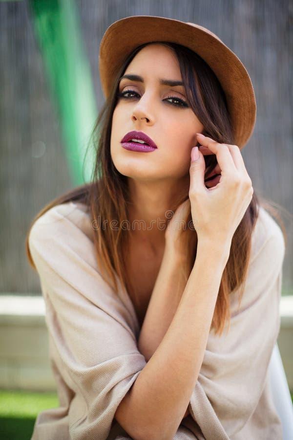 Retrato atractivo de la mujer joven con el sombrero fotos de archivo libres de regalías