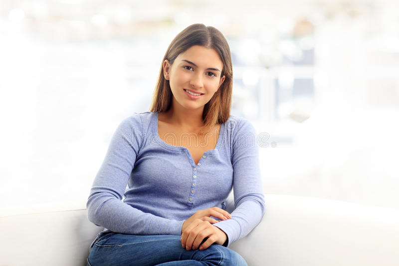 Retrato atrativo da jovem mulher fotografia de stock