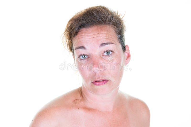 Retrato atrativo de sorriso da mulher dos ombros desencapados ocasionais foto de stock