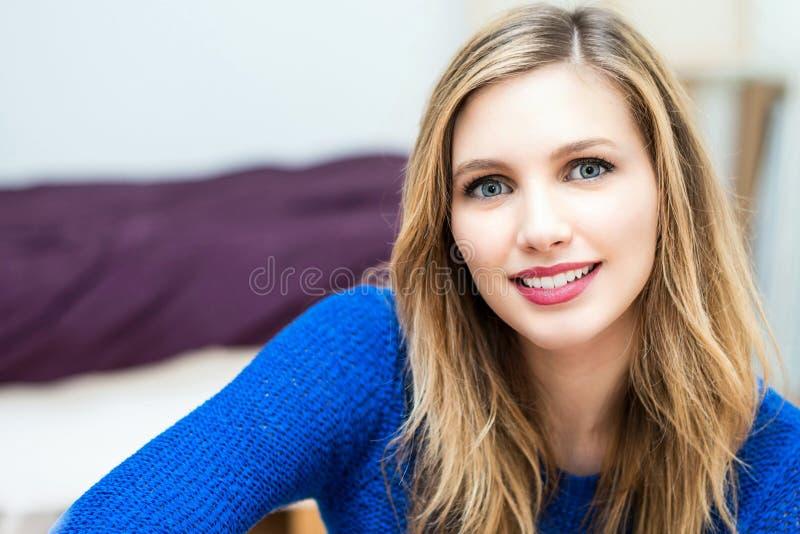retrato atrativo novo de sorriso bonito da mulher fotografia de stock