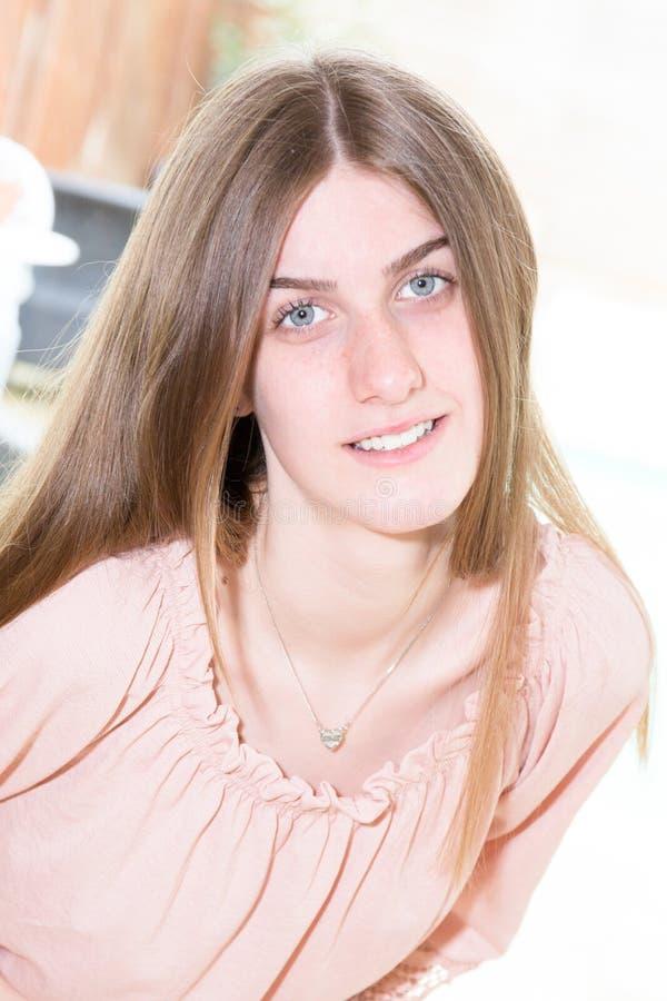 retrato bastante atractivo interior sonriente de la muchacha de la mujer joven foto de archivo