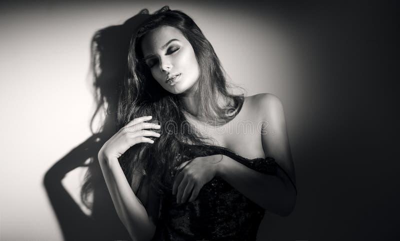 Retrato blanco y negro atractivo de la mujer joven Mujer joven atractiva con el pelo largo foto de archivo