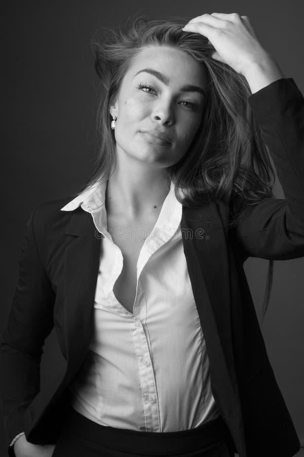 Retrato blanco y negro de la alta moda de la mujer morena delgada atractiva elegante joven foto de archivo