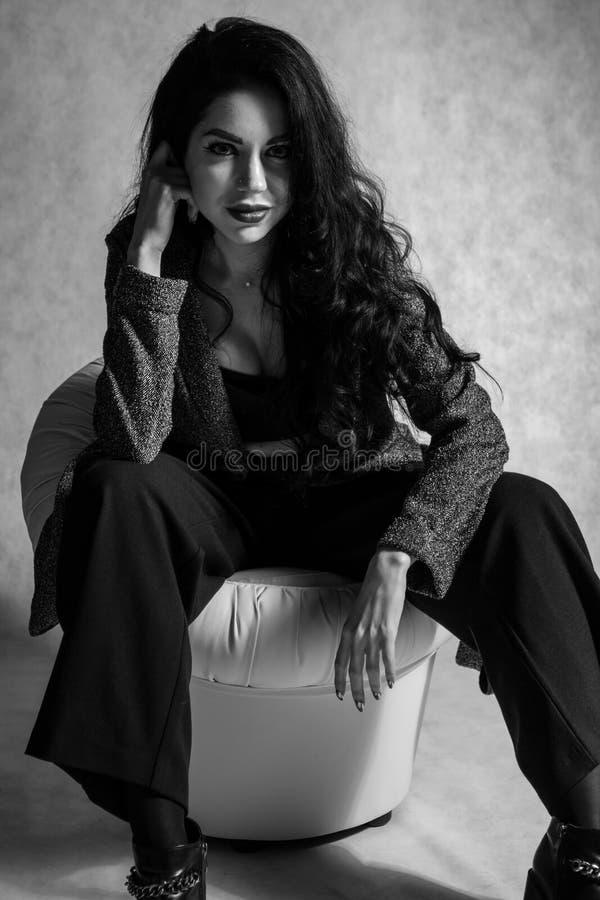 Retrato blanco y negro de la chica joven emocional imagen de archivo