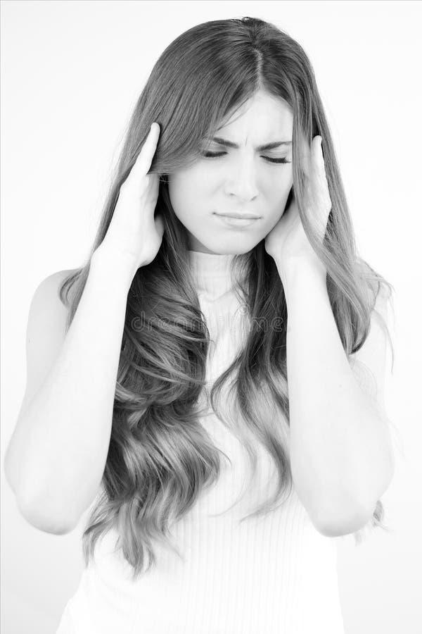 Retrato blanco y negro de la mujer hermosa con dolor de cabeza muy fuerte fotografía de archivo