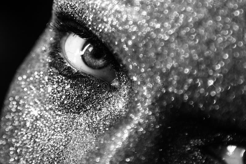Retrato blanco y negro de la mujer hermosa con las chispas en ella imagenes de archivo